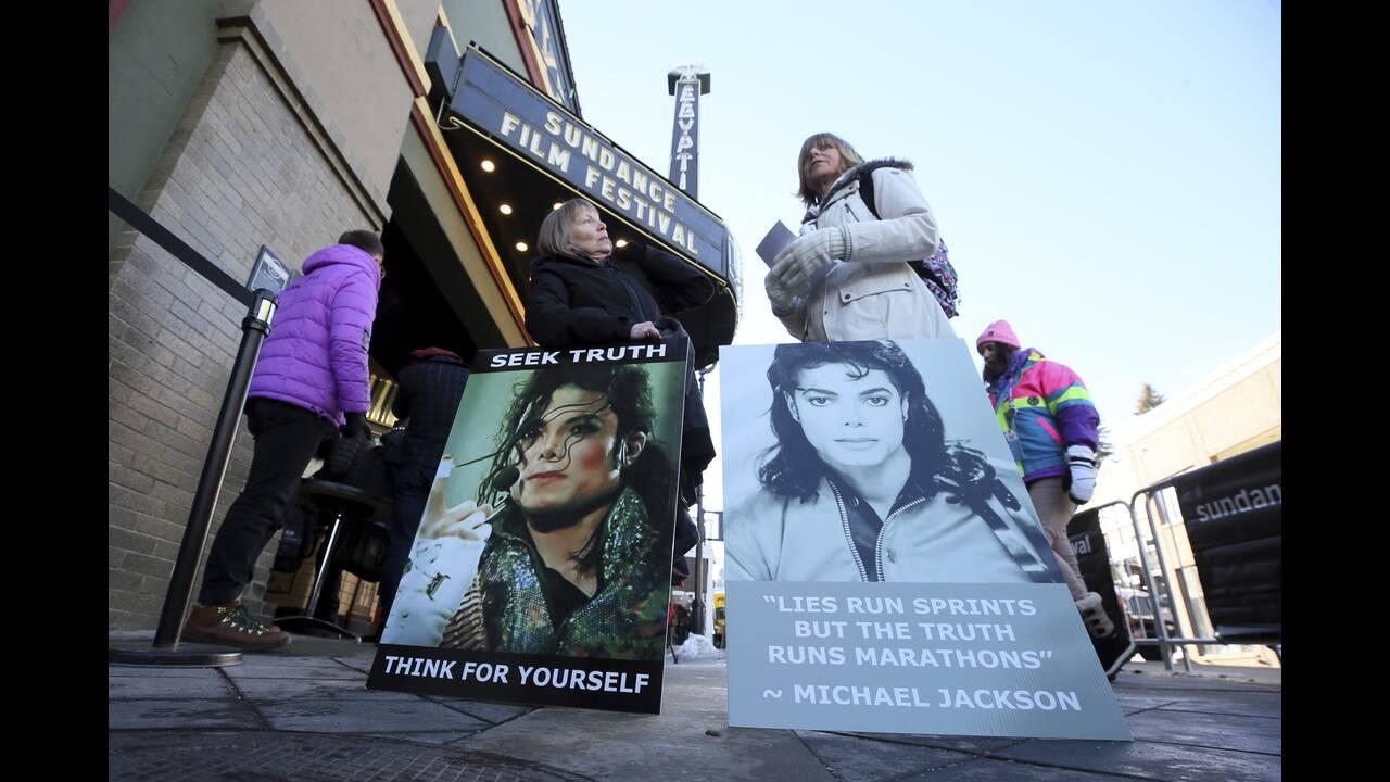 H Neverland είχε αρκετά μέρη όπου πήγαινε τα θύματά του ο Τζάκσον. Ο Safechuck περιγράφει με λεπτομέρειες τα δωμάτια στο ράντσο όπου πήγαιναν για να είναι μόνοι τους. Ανάμεσα σε αυτά ένα δωμάτιο στη σοφίτα, το σινεμά του Τζάκσον αλλά και χώροι γεμάτοι με