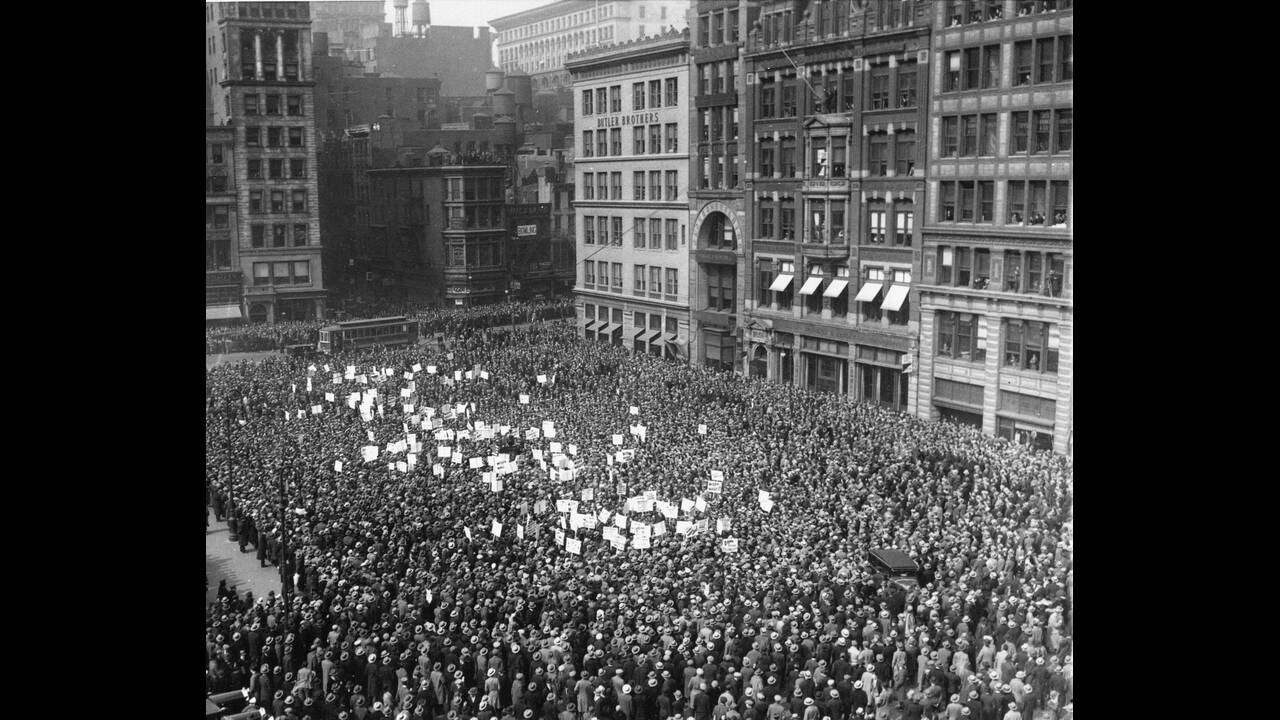 1930 Περισσότεροι από 60.000 άνθρωποι συγκεντρώθηκαν στη Union Square, της Νέας Υόρκης, ανταποκρινόμενοι στο κάλεσμα των κομμουνιστών για να διαδηλώσουν ενάντια στην ανεργία.