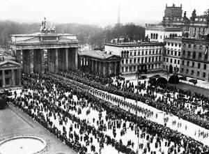 1933 Παρέλαση των ναζιστικών στρατευμάτων στην Πύλη του Βραδεμβούργου, στο Βερολίνο, με την ευκαιρία των εκλογών.