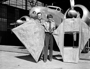 1937 Η Αμέλια Έρχαρτ και ο σύζυγός της, Τζορτζ Πάλμερ Πάτναμ, μπροστά από το δικινητήριο Lockheed Electra της Έρχαρτ στο Όκλαντ, δέκα μέρες πριν εκείνη ξεκινήσει το ταξίδι της με σκοπό να κάνει το γύρο του κόσμου.