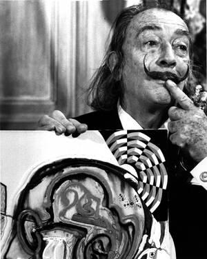 """1975 Ο Σαλβαδόρ Νταλί αποκαλύπτει έναν από τους καινούργιους του πίνακες, μέρος της συλλογής του που ονομάζεται """"οράματα και αντικείμενα του μέλλοντος"""", στη Νέα Υόρκη."""