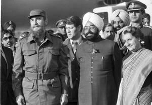 1983 Ο Κουβανός ηγέτης Φιντέλ Κάστρο, ο Πρόεδρος της Ινδίας Ζαίλ Σιχ και η Πρωθυπουργός της χώρας, ίντιρα Γκάντι, ποζάρουν στο περιθώριο της συνδιάσκεψης των 7 Αδέσμευτων χωρών, στο Νέο Δελχί.