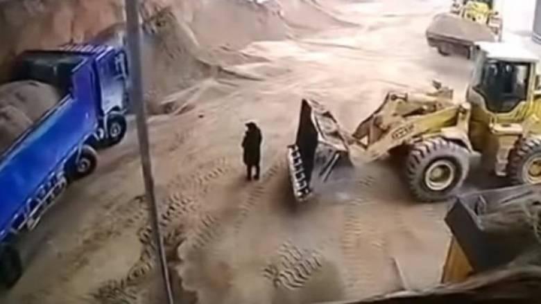 Σοκαριστικό εργατικό δυστύχημα: Εκσκαφέας θάβει γυναίκα  ζωντανή στο χώμα