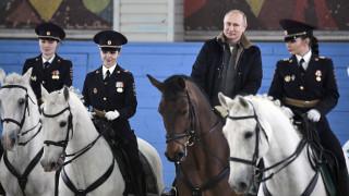 Παγκόσμια Ημέρα της Γυναίκας: Ο Πούτιν έκανε ιππασία με γυναίκες αστυνομικούς