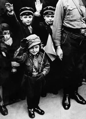 1933 Μέλη της χιτλερικής νεολαίας παρελαύνουν στο Βερολίνο.