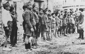 1937 Μια ομάδα παιδιών παίζουν τους στρατιώτες ανάμεσα στα ερείπια της Μαδρίτης, κατά τη διάρκεια του Ισπανικού εμφυλίου πολέμου.