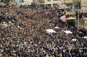 1992 Δεκάδες χιλιάδες κόσμου στην κηδεία του πρώην Ισραηλινού Πρωθυπουργού Μέναχεμ Μπέγκιν, στην Ιερουαλήμ.