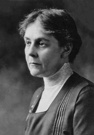 Alice Hamilton. Η Alice Hamilton ( 1869 – 1970) ήταν η πρώτη γυναίκα που διορίστηκε στη Νομική Σχολή του Πανεπιστημίου του Harvard και κορυφαία ειδικός στον τομέα της επαγγελματικής υγείας. Ήταν  πρωτοπόρος στον τομέα της τοξικολογίας, μελετώντας τις επαγ