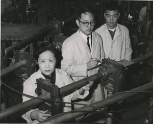 Chien shiung Wu. H Chien-Shiung Wu (1912 – 1997) αποκαλείται και ως η κινέζα Μαντάμ Κιουρί ή ως Βασίλισσα των Πυρηνικών Ερευνών. Ήταν κινεζοαμερικάνα φυσικός που συνέβαλε στον τομέα της πυρηνικής φυσικής. Βοήθησε στην ανάπτυξη της διαδικασίας για το διαχω