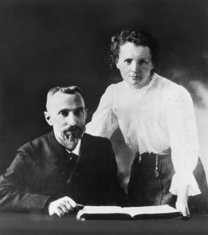 Marie Sklodowska Curie.  Η Μαρία Σαλώμη Σκουοντόφσκα-Κιουρί (1867 - 1934) ήταν Πολωνή φυσικός και χημικός. Σε συνεργασία με τον σύζυγό της, Πιερ Κιουρί, ανακάλυψε το ράδιο και μελέτησε τα φαινόμενα της ραδιενέργειας. Ανακάλυψε επίσης το πολώνιο και υπήρξε