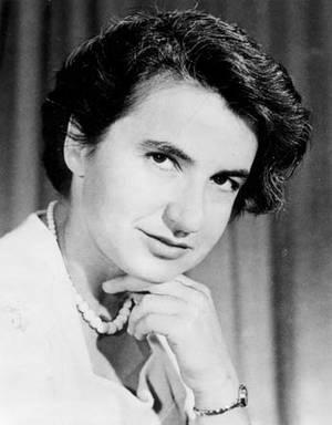 Rosalind Franklin. H Ρόζαλιντ Έλσι Φράνκλιν (1920 - 1958)[1] ήταν Αγγλίδα βιοφυσικός και κρυσταλλογράφος με ακτίνες Χ με σημαντική συμβολή στην κατανόηση των λεπτών μοριακών δομών του DNA, RNA, των ιών, του άνθρακα και του γραφίτη. Το έργο της στο DNA είν