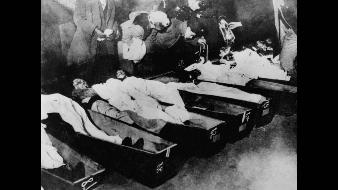 Σαν σήμερα το 1911, οι οικογένειες των εργατριών Triangle Shirtwaist προσπαθούν να αναγνωρίσουν τις κόρες, τις συζύγους και της μητέρες τους μετά από τη φονική πυρκαγιά. Η πυρκαγιά αυτή άναψε τη «σπίθα» για τη μάχη της ισότητας των γυναικών στις ΗΠΑ.