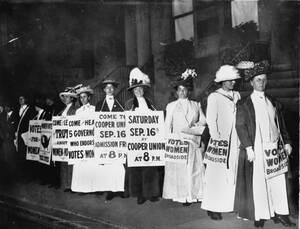 Τον Σεπτέμβριο του 1916 Νεοϋορκέζες προσπαθούν να πείσουν άλλες γυναίκες να παρευρεθούν σε συζήτηση για το δικαίωμα ψήφου.