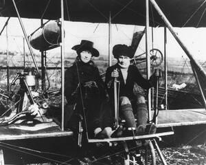 Στις 2 Δεκεμβρίου του 1916, γυναίκες φτάνουν στο Στάτεν Άιλαντ της Νέας Υόρκης για να ενημερώσουν τον κόσμο στο νησί για τα δικαιώματα των γυναικών.