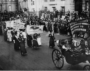 Από την πυρκαγιά που άναψε τη «σπίθα» στο σήμερα: Οι μάχες των γυναικών για την ισότητα   1917: Σουφραζέτες διαδηλώνουν μπροστά από τον Λευκό Οίκο.