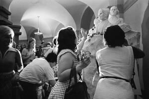 Στις 27 Αυγούστου του 1973, γυναίκες πετούν κόκκινα τριαντάφυλλα στο άγαλμα των Σουφραζετών στο Καπιτώλιο στην Ουάσινγκτον.