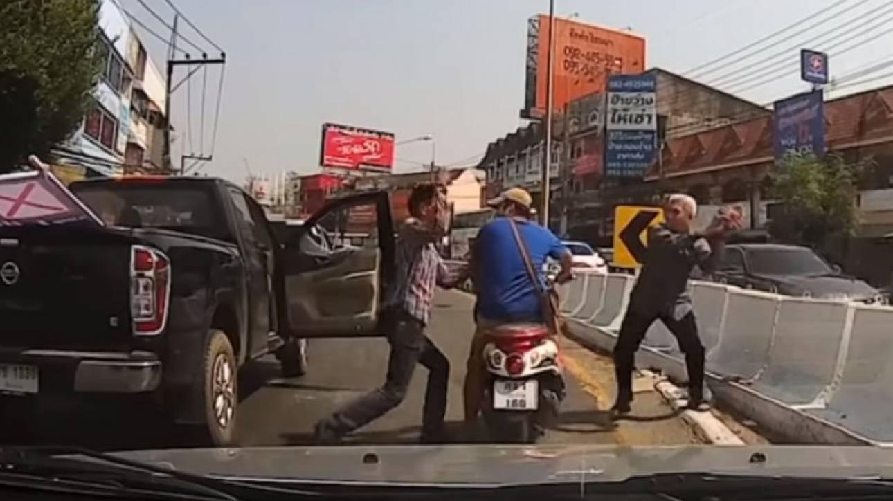 Απίστευτες σκηνές στη μέση του δρόμου: Οδηγοί πιάστηκαν στα χέρια