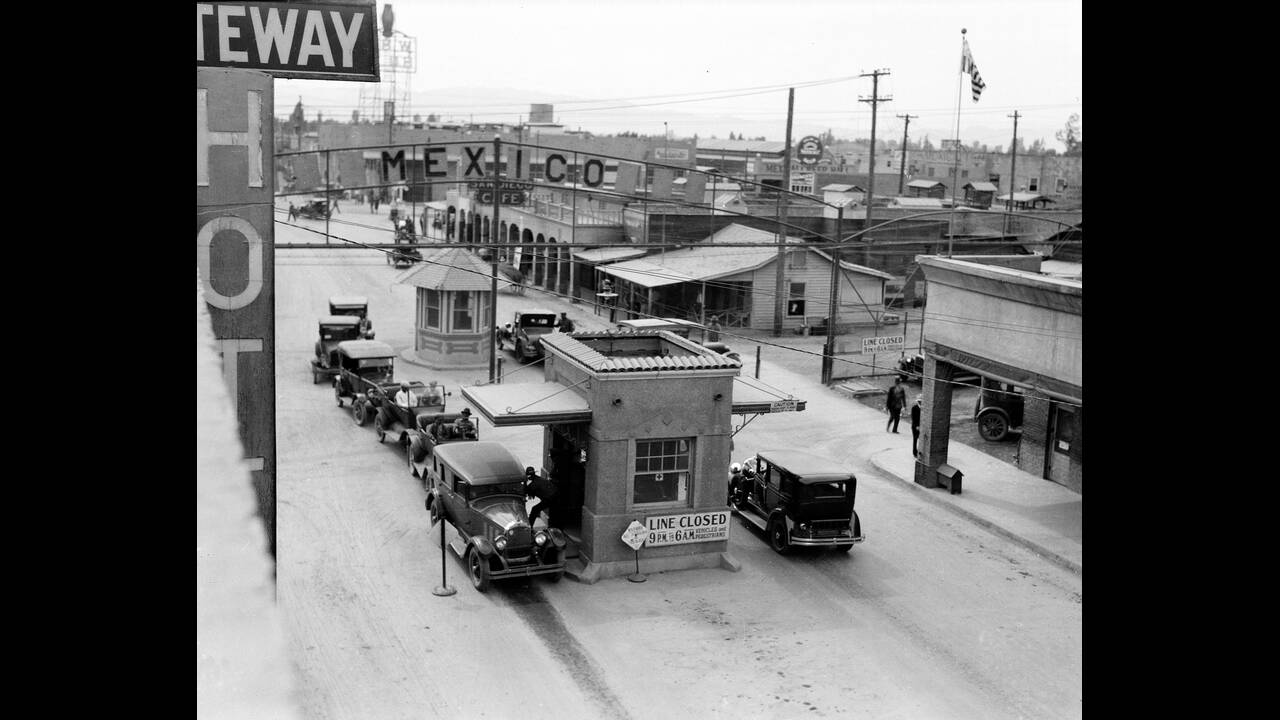 1929 Ο συνοριακός σταθμός που χωρίζει το Καλέξικο, στις ΗΠΑ και το Μεξικάλι, στο Μεξικό. Το Μεξικάλι ήταν σταθμός συγκέντρωσης των Μεξικανικών στρατευμάτων που παρέμεναν πιστά στην κυβέρνηση, κατά τη διάρκεια της Μεξικανικής Επανάστασης.