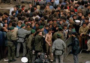 1991 Αλβανοί πρόσφυγες στο λιμάνι του Μπρίντιζι, στην Ιταλία. Οι ιταλικές αρχές δεν έχουν αποφασίσει πώς να διαχειριστούν τα κύματα των προσφύγων που φτάνουν από την Αλβανία