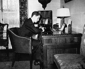 1939 Ο Τζον Κένεντι, γιος του Τζόζεφ Κένεντι, πρέσβη των ΗΠΑ στη Μεγάλη Βρετανία, αρχίζει να εργάζεται στο γραφείο του πατέρα του λίγο μετά την αποφοίτησή του από από Χάρβαρντ.