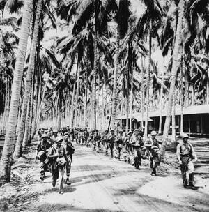 1943 Μετά τη νικηφόρα μάχη του Γκουανταλκανάλ, μέρος του αμερικανικού στρατεύματος αποχωρεί από το νησί.