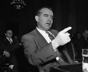 1950 Ο γερουσιαστής Τζόζεφ Μακάρθι απευθύνεται στην επιτροπή για το θέμα της κομμουνιστικών διεισδύσεων στο Υπουργείο Εξωτερικών.