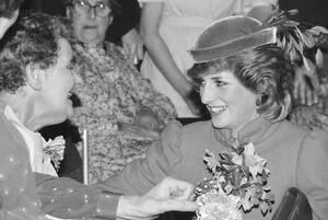 1984 Η Νταϊάνα, δούκισσα της Ουαλίας, κουβεντιάζει με την Άλις Χέινς, που πάσχει από καρκίνο και νοσηλεύεται σε νοσοκομείο του Τσέλτεναμ, το οποίο επισκέφθηκε η Νταϊάνα.