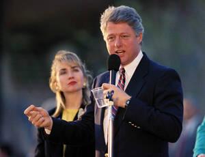 1992 Ο Κυβερνήτης του Αρκάνσας και υποψήφιος για την Προεδρία, Μπιλ Κλίντον, με τη σύζυγό του Χίλαρι Κλίντον, κατά τη διάρκεια της προεκλογικής εκστρατείας, την Τάμπα της Φλόριντα.