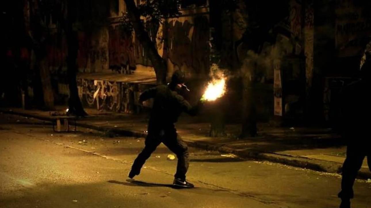 Βραδιά επεισοδίων και μολότοφ στην περιοχή του Πολυτεχνείου: Έκαψαν αυτοκίνητο