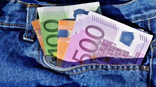 Μυστήριο με άνδρα που πετά φακέλους γεμάτους με χρήματα κάτω από τις πόρτες σπιτιών