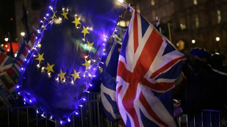 Αδειάζει η κλεψύδρα του Brexit: Τέσσερα σενάρια, 15 μέρες