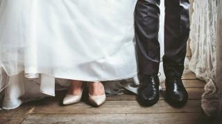 Μια συγκινητική ιστορία: Ανακάλυψε μήνυμα της νεκρής μητέρας της στα νυφικά της παπούτσια
