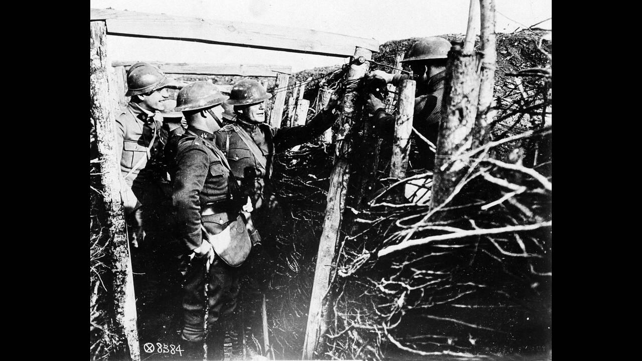 1918 Γάλλοι στρατιώτες προσπαθούν να περάσουν τηλεφωνικά καλώδια από τα χαρακώματα, κατά τη διάρκεια του Α Παγκοσμίου Πολέμου.