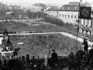 1938 Ο Γερμανός Καγκελάριος Αδόλφος Χίτλερ απευθύνεται σε μια τεράστια συγκέντρωση, στην πλατεία Heldenplatz της Βιέννης. Το πλήθος στεκόταν επί ώρες για να υποδεχθεί τον Χίτλερ, μετά την Ένωση Αυστρίας και Γερμανίας.