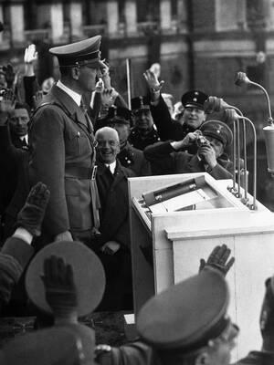 1938 Ο Χίτλερ απευθύνεται στο πλήθος που έχει συγκεντρωθεί για να τον υποδεχθεί στη Βιέννη.