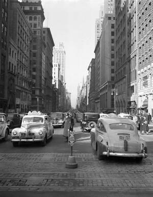 1941 Θα μπορούσε να είναι η Πανεπιστημίου σήμερα, αλλά είναι η 5η Λεωφόρος το 1941, με την κίνηση να έχει σχεδόν σταματήσει κατά τη διάρκεια απεργίας των Μέσων Μαζικής Μεταφοράς στην πόλη της Νέας Υόρκης.