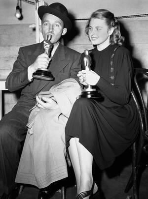 """1945 Ο Μπιγκ Κρόσμπι, που τιμήθηκε για τη συμμετοχή του στην ταινία """"Going My Way"""", και η Ίνγκριντ Μπέργκμαν, που πήρε βραβείο για το ρόλο της στην ταινία """"Gaslight"""", ποζάρουν με τα Όσκαρ τους, στο Λος Άντζελες."""