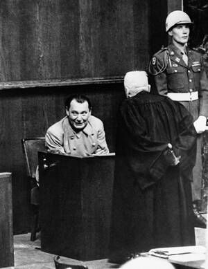 1946 Ο Χέρμαν Γκέρινγκ συνομιλεί με το δικηγόρο του κατά τη διάρκεια διακοπής της Δίκης της Νυρεμβέργης.