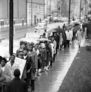 1961 Περίπου 400 νεαροί μαύροι αγνοούν τη βροχή και διαμαρτύρονται στο κέντρο της Λούισβιλ για την πολιτική διαχωρισμού μαύρων και λευκών στα εμπορικά καταστήματα και τα καταστήματα εστίασης του αμερικανικού νότου.