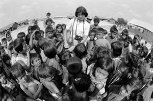 1975 Παιδιά σε καταυλισμό προσφύγων στην Πνομ Πενχ, κατά τη διάρκεια του πολέμου στην Καμπότζη.