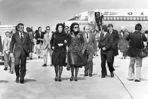 1975 Η Χριστίνα Ωνάση, κόρη του Αριστοτέλη Ωνάση και η μητριά της, Ζακλίν Κένεντι Ονάση, φρώντας και οι δύο μαύρα γυαλιά, φτάνουν στο αεροδρόμιο του Ακτίου, συνοδεύοντας τη σορό του Έλληνα μεγιστάνα προς την τελευταία του κατοικία, στο Σκορπιό.