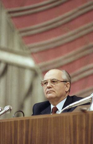 1990 Ο Μιχαήλ Γκορμπατσόφ είναι σκεπτικός και έχει τους λόγους του. Μόλις ανανεώθηκε η τετραετής θητεία του από το Κογκρέσο του Λαού, με πολύ μικρότερη πλειοψηφία από εκείνη που περίμενε και θα ήθελε, μολις 200 ψήφους. Σε σύνολο 1125, 450 ψήφοι ήταν αρνη