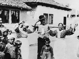 1936 Στη Σόφια, την πρωτεύουσα της Βουλγαρίας υπάρχουν ολόκληρα προάστια στα οποία ζουν Τσιγγάνοι. Στη συγκεκριμένη φωτογραφία, μια ομάδα Τσιγγάνων γιορτάζει με παραδοσιακό τρόπο έναν γάμο, χορεύοντας στους ρυθμούς τούρκικης μουσικής.