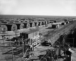 1947 Γενική άποψη ενός στρατοπέδου που δημιουργήθηκε από τους Βρετανούς στην Κύπρο για να στεγάσει τους χιλιάδες Εβραίους που περίμεναν άδεια για να πάνε στην Παλαιστίνη.