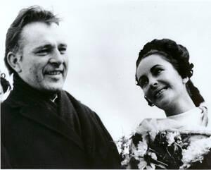 1964 Οι νιόπαντροι, Ελίζαμπεθ Τέιλορ και Ρίτσαρντ Μπάρτον, φτάνουν στο Τορόντο του Καναδά, από το Μόντρεαλ όπου και παντρεύτηκαν σε μια ιδιωτική τελετή.