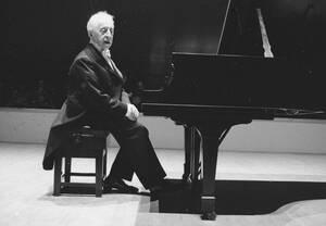 1976 Ο πιανίστας Άρθουρ Ρουμπινστάιν ολοκληρώνει το ρεσιτάλ του στο Κάρνεγκι Χολ, της Νέας Υόρκης. Ο 89χρονος βιρτουόζος χάνει σταδιακά την όρασή του και πιθανότατα αυτή είναι η τελευταία του παράσταση.