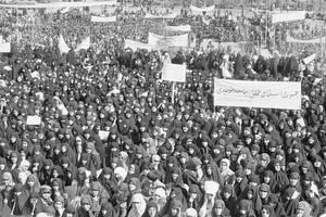 1979 Δεκάδες χιλιάδες γυναίκες διαδηλώνουν στο Ιράν, υποστηρίζοντας τον Αγιατολάχ Χομεϊνί και την απόφασή του να φορούν οι γυναίκες το παραδοσιακό τσαντόρ.