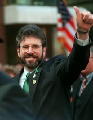 1996 ο ηγέτης του Σιν Φέιν, Τζέρι Άνταμς, χαιρετάει τον κόσμο, στην 5η Λεωφόρο της Νέας Υόρκης, την ημέρα του Αγίου Πατρικίου.