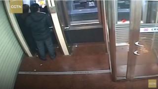 Ένας φιλάνθρωπος… ληστής: Επέστρεψε τα χρήματα στο θύμα του όταν είδε το μηδενικό της υπόλοιπο!