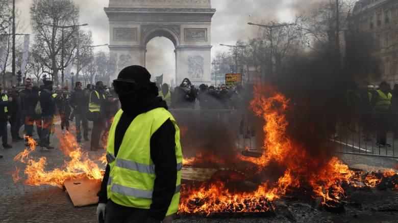 Κίτρινα γιλέκα: Φλέγεται ξανά το Παρίσι - Χιλιάδες διαδηλωτές μάχονται με τις δυνάμεις ασφαλείας